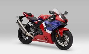 """Honda Motorrad und Roller Neuheiten 2020 Bild 1 Zugegeben flutscht der neue Name nicht mehr ganz so geschmeidig über die Lippen. Honda präsentiert für 2020 einen Nachfolger der Honda CBR1000RR Fireblade. Ab sofort heißt das Supersport Flaggschiff von Honda: <a href=""""/modellnews-3006156-neue-honda-fireblade-2020"""">CBR1000RR-R Fireblade</a>"""