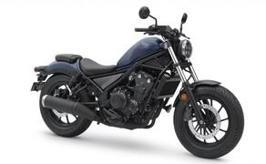 """Honda Motorrad und Roller Neuheiten 2020 Bild 7 Die kleine Rebel hat sich die zarte Überarbeitung wahrlich verdient. Seit ihrer Präsentation 2017 ist die sympathische 500er in die Herzen vieler Motorradfahrer gecruised. Hier findest du alle Neuerungen zur <a href=""""/modellnews-3006166-honda-rebel-cmx-500-neues-modell-2020"""">CMX500 Rebel</a>."""