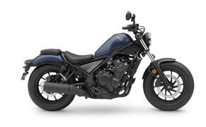 """Honda Motorrad und Roller Neuheiten 2020 Bild 8 Die kleine Rebel hat sich die zarte Überarbeitung wahrlich verdient. Seit ihrer Präsentation 2017 ist die sympathische 500er in die Herzen vieler Motorradfahrer gecruised. Hier findest du alle Neuerungen zur <a href=""""/modellnews-3006166-honda-rebel-cmx-500-neues-modell-2020"""">CMX500 Rebel</a>."""