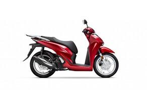 """Honda Motorrad und Roller Neuheiten 2020 Bild 9 Für das Modelljahr 2020 hat Honda den SH125i vollständig überarbeitet. Die schlanke neue Silhouette und der neu gestaltete Rahmen bieten über 50 Prozent mehr Stauraum, die optimierte Heckgeometrie sorgt laut Honda für mehr Fahrkomfort. Alle Infos zum neuen Honda Cityflitzer gibt's <a href=""""/modellnews-3006163-honda-sh125i-und-sh150i-2020"""">HIER</a>."""