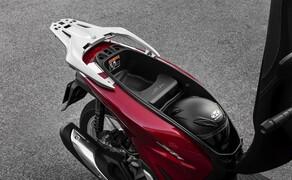 """Honda Motorrad und Roller Neuheiten 2020 Bild 10 Für das Modelljahr 2020 hat Honda den SH125i vollständig überarbeitet. Die schlanke neue Silhouette und der neu gestaltete Rahmen bieten über 50 Prozent mehr Stauraum, die optimierte Heckgeometrie sorgt laut Honda für mehr Fahrkomfort. Alle Infos zum neuen Honda Cityflitzer gibt's <a href=""""/modellnews-3006163-honda-sh125i-und-sh150i-2020"""">HIER</a>."""
