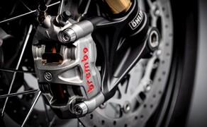 Triumph Bonneville Bobber TFC 2020 Bild 9 Brembo M50 Monoblock-Bremssätteln und Brembo MCS Radial-Hauptbremszylinder