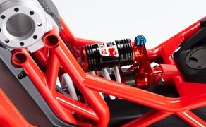 Italjet Dragster 125 und Dragster 200 2020 Bild 3 Zwischen dem Gitterrohrrahmen befindet sich der schicke und einstellbare hydropneumatische Stoßdämpfer der Vorderrad-Schwinge.