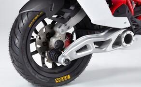 Italjet Dragster 125 und Dragster 200 2020 Bild 4 Vorderrad-Schwinge? Ja richtig gelesen, denn das 12-Zoll Vorderrad ist auf einer Einarm-Schwinge montiert, welche bei Lenkimpulsen mitbewegt und gelenkt wird. So besteht keine Verbindung zwischen dem Lenksystem und der Dämpfung, wodurch absolut keine Vibrationen von der Straße zum Lenker hinauf gelangen sollen.