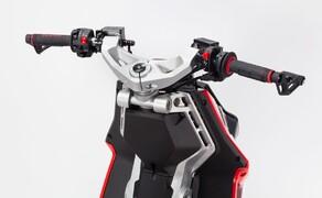 Italjet Dragster 125 und Dragster 200 2020 Bild 5 Vorderrad-Schwinge? Ja richtig gelesen, denn das 12-Zoll Vorderrad ist auf einer Einarm-Schwinge montiert, welche bei Lenkimpulsen mitbewegt und gelenkt wird. So besteht keine Verbindung zwischen dem Lenksystem und der Dämpfung, wodurch absolut keine Vidbrationen von der Straße zum Lenker hinauf gelangen sollen.
