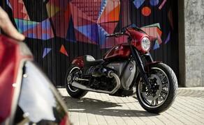 """BMW Motorrad EICMA Neuheiten 2020 Bild 8 Das <a href=""""/modellnews-3006199-bmw-concept-r-18-2"""">BMW Motorrad Concept R18/2</a> lässt die Faszination Cruiser in sportlichem und modernem Licht erscheinen Interpretation. Die minimalistische aber relativ weit nach hinten gezogene Lenkerverkleidung an der Front geht in niedirge, langgestreckte Proportionen über und suggeriert ein gewisses Maß an Sportlichkeit."""