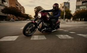 """BMW Motorrad EICMA Neuheiten 2020 Bild 9 Da sich im Motor nichts zur ersten Studie verändert hat, können wir es kurz machen: Es handelt sich um einen Zweizylinder Boxer-Motor mit 1800 ccm, Luft-Öl-Kühlung der an die 1960er Jahre erinnern soll. Außen gibt es als ein sattes Grau als Farbe, die Ventildeckel der <a href=""""/modellnews-3006199-bmw-concept-r-18-2"""">BMW Concept R18/2</a> sind hochglanz-lackiert in Schwarz gehalten."""