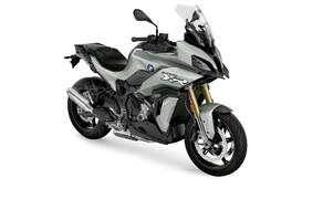 BMW Motorrad EICMA Neuheiten 2020 Bild 6 Der Motor in der BMW S1000XR ist ein vollkommen neu entwickelter Motor aus der aktuellen S1000RR. Dieser leistet 165 Ps bei 1.000 Umdrehungen und 114 Nm bei 9.250 U/min. BMWs Ziel mit der S1000XR ist es einen leichten und wendigen Sporttourer mit sowohl Langstreckenperformance, als auch reichlich Sportlichkeit zu schaffen. Die Power soll vor allem in der Mitte ordentlich anreißen, oben rum sorgen länger übersetzte Gänge für Landstraßen-Komfort.