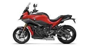 BMW Motorrad EICMA Neuheiten 2020 Bild 7 Der Motor in der BMW S1000XR ist ein vollkommen neu entwickelter Motor aus der aktuellen S1000RR. Dieser leistet 165 Ps bei 1.000 Umdrehungen und 114 Nm bei 9.250 U/min. BMWs Ziel mit der S1000XR ist es einen leichten und wendigen Sporttourer mit sowohl Langstreckenperformance, als auch reichlich Sportlichkeit zu schaffen. Die Power soll vor allem in der Mitte ordentlich anreißen, oben rum sorgen länger übersetzte Gänge für Landstraßen-Komfort.