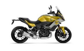 BMW Motorrad EICMA Neuheiten 2020 Bild 4 Der gleiche Motor wie in der F 900 R wird auch in der neuen BMW F 900 XR verwendet. Leistung und Drehmoment liegen auch bei 105 PS und 92 Nm, und auch hier soll zusätzlich eine 95 PS-starke A2-Version angeboten werden. Wer sich deswegen keinen Unterschied zwischen der F 900 R und XR erwartet, der irrt. Ein größerer Tank von 15,5 Liter, ein angepasstes Fahrwerk und eine veränderte Ergonomie geben der F 900 XR mehr Reisetauglichkeit. BMW verspricht aber, dass sie ein sportliches Reisemotorrad werden soll. In puncto Zubehör und Ausstattung liegen die Verhältnisse ähnlich denen der F 900 R.