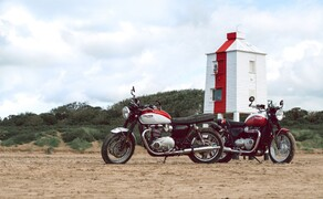 """Triumph Motorrad Neuheiten 2020 Bild 15 Zu Ehren der Motorrad-Legende Bud Ekins bringt Triumph 2020 auch eine Special Edition der Bonneville T100 & T120 Modelle auf den Markt. Technisch sind diese mit den Serienmodellen ident, doch mit Liebe zum Detail wurde die Optik aufgemöbelt um den """"California Spirit"""" einzufangen. Bud Ekins war Rennfahrer, Stuntman, Triumph-Händler und Wegbegleiter von Legenden wie Steve McQueen. Mehr dazu im <a href=""""https://www.1000ps.at/modellnews-3006177-triumph-bonneville-t100-und-t120-bud-ekins-special-edition"""">zugehörigen Bericht</a>."""
