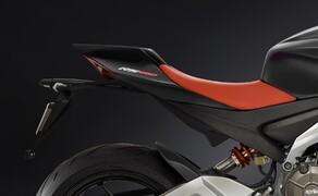 Aprilia RS 660 2020 - straßenzugelassene Version! Bild 9 Der Sattel wirkt zwar nicht sonderlich bequem, doch wer braucht einem Supersportler schon viel Komfort?