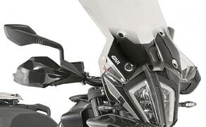 GIVI Zubehör für die KTM 790 Adventure Bild 1 Spezifisches Windschild 7710DT, transparent, Größe: 45 x 47 cm (H x B) - mit ABE und Kantenschutz. Zu montieren mit dem Kit D7710KIT
