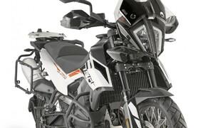 GIVI Zubehör für die KTM 790 Adventure Bild 3 Die KTM 790 Adventure mit Windschild und Sturzbügel