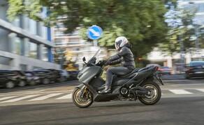 Yamaha TMAX 560 und Tech MAX 2020 Test Bild 13 Einzig die Polsterung der Sitzbank hätte etwas weicher ausfallen können. Nach unsrer Tagestour hat der Allerwerteste etwas gekniffen.