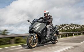 Yamaha TMAX 560 und Tech MAX 2020 Test Bild 12 Auf der 800 mm hohen Sitzbank thront es sich gut, die Übersicht auf den vorausfahrenden Verkehr ist sehr gut - was das Manövrieren durch Staus sehr angenehm macht.