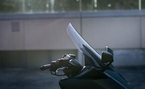 Yamaha TMAX 560 und Tech MAX 2020 Test Bild 5 Neben Tempomat, Griff- und Sitzheizung, Smartphone Connectivity und einstellbaren Fahrwerk profitiert der Tech MAX vom elektronisch verstellbaren Windschild. Hier in der niedrigsten Position...