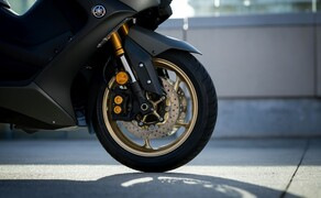 Yamaha TMAX 560 und Tech MAX 2020 Test Bild 8 Zum sportlichen Fahrverhalten trägt auch die 41 mm Upside-Down-Gabel bei, die am Tech MAX Gold lackiert ist.
