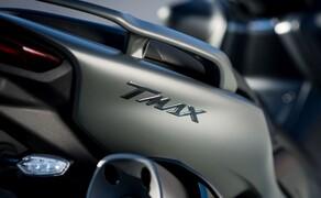 Yamaha TMAX 560 und Tech MAX 2020 Test Bild 14 Außerdem ist der Schnitt der Sitzbank typischerweise für einen Maxi Scooter recht breit ausgefallen. Leute unter 175 cm könnten es also schwer haben, mit beiden Füßen den Boden zu erreichen.