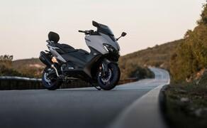 Yamaha TMAX 560 und Tech MAX 2020 Test Bild 20 Zusätzlich bietet Yamaha 3 fertige Kits mit Zubehör an. Hier sehen wir das Sport Pack unter anderem mit niedriger Scheibe und Sissybar. Der Akrapovic muss zusätzlich bestellt werden.