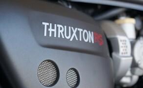 Triumph Thruxton RS Test 2020 Bild 5 Die Motorleistung wurde um 8 PS auf 105 PS gesteigert. Das maximale Drehmoment beträgt 112Nm. Und die beste Nachricht zum Thema Performance: Das maixmale Drehmoment liegt noch tiefer an als früher: Bei 4.850 Umin!