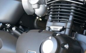 Triumph Thruxton RS Test 2020 Bild 7 Der 1200 ccm Paralleltwin von Triumph ist mit einem 8-Ventil Zylinderkopf ausgestattet und wurde mit einem 270 Grad Hubzapfenversatz gestaltet. Die Bohrung eines Zylinders beträgt satte 97,6 mm bei 80 mm Hub. Die Verdichtung beträgt sportliche 12,07 : 1.