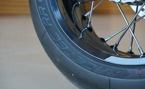 """Triumph Thruxton RS Test 2020 Bild 18 Die Maschine ist hinten mit einer 5"""" breiten Felge ausgestattet. Aufgezogen ist ein 160mm breiter Hinterreifen. Serienmäßig rollt die Maschine mit dem sportlichen Racetec RR von Metzeler an den Start."""