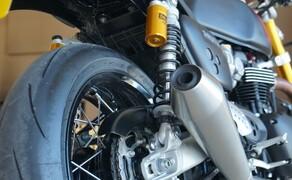 """Triumph Thruxton RS Test 2020 Bild 8 Die markanten """"Twin-Upswept""""-Schalldämpfer der Thruxton RS besitzen einen neuen Euro-5- kompatiblen Katalysator und verbinden so niedrigere Emissionen mit dem unverwechselbar rauen Klang eines britischen Racing-Twins."""