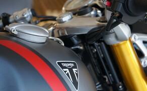 Triumph Thruxton RS Test 2020 Bild 10 Die heutigen Thruxton-Modelle von TRIUMPH sind stilsichere Neuinterpretationen dieser zeitlosen Klassiker und basieren auf topmoderner Motorradtechnik. Mit der brandneuen Thruxton RS schafft die britische Traditionsmarke nun einen Café Racer, der die Thruxton- Performance auf ein neues Level hebt. Die Thruxton RS besitzt einen leistungsstärkeren Motor, geringeres Gewicht, ein verbessertes Handling und zahlreiche Updates bei Design und Ausstattung.