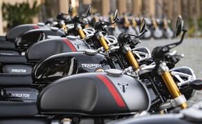 Triumph Thruxton RS Test 2020 Bild 3 Für die meisten Journalisten war die graue Variante die schönere Maschine. Auch bei der Instagram Umfrage auf 1000PS waren 75% eher der grauen Zweifarben-Variante zugeneigt.