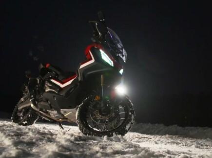 Marc Marquez im Schnee mit dem Honda X-ADV