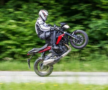 Triumph Street Triple 675 R Test | Stunts, Action, Fahraufnahmen