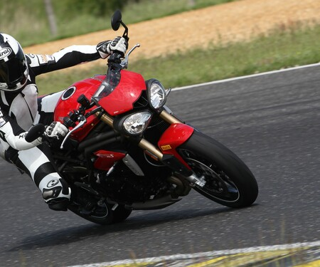 Triumph Speed Triple S 2016 - Action, Stunt, Detail