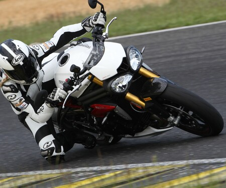 Triumph Speed Triple R 2016 - Action, Stunt, Detail