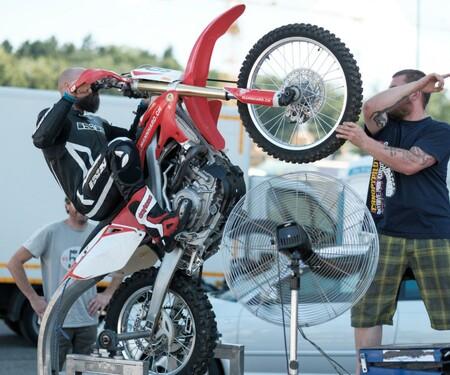 Supermoto-, Schräglagen- und Wheele-Training bei Mannhard