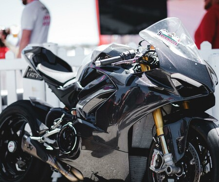 Ducati Panigale V4 Carbon von Carlin Dunne