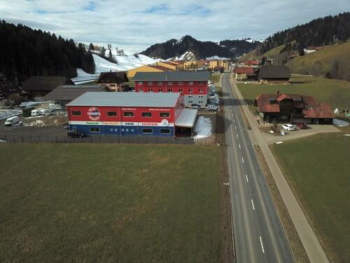 """Unser neues Gebäude welches wir im Sommer 2018 bezogen haben. Direkt an der Durchfahrtsstrasse von Luzern Richtung Bern (in der Mitte) Vor der Ortstafel """"Escholzmatt"""" mit der Postleitzahl welches auch gleichzeitig unsere HP ist ; www.6182.ch"""