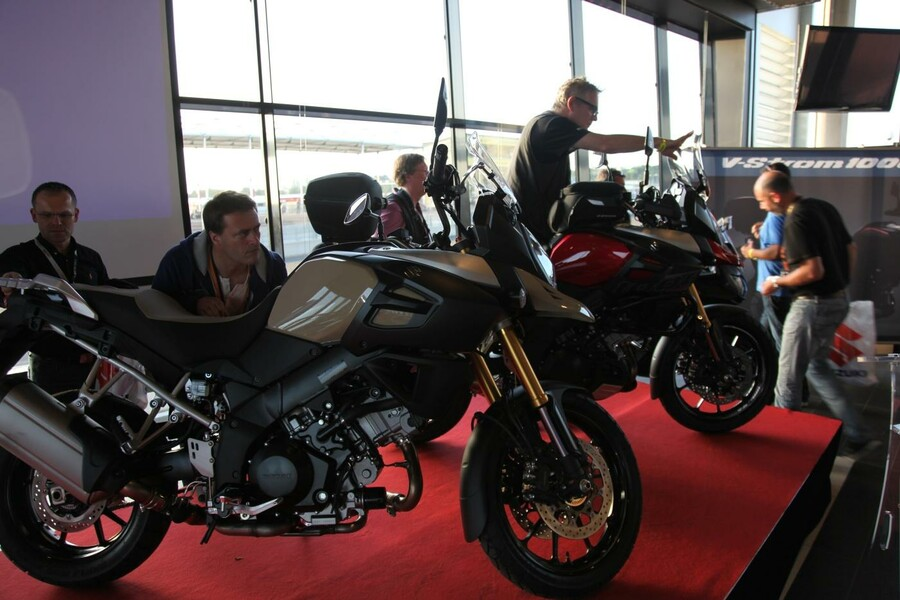 suzuki v strom 1000 2014 pr sentation in le mans. Black Bedroom Furniture Sets. Home Design Ideas
