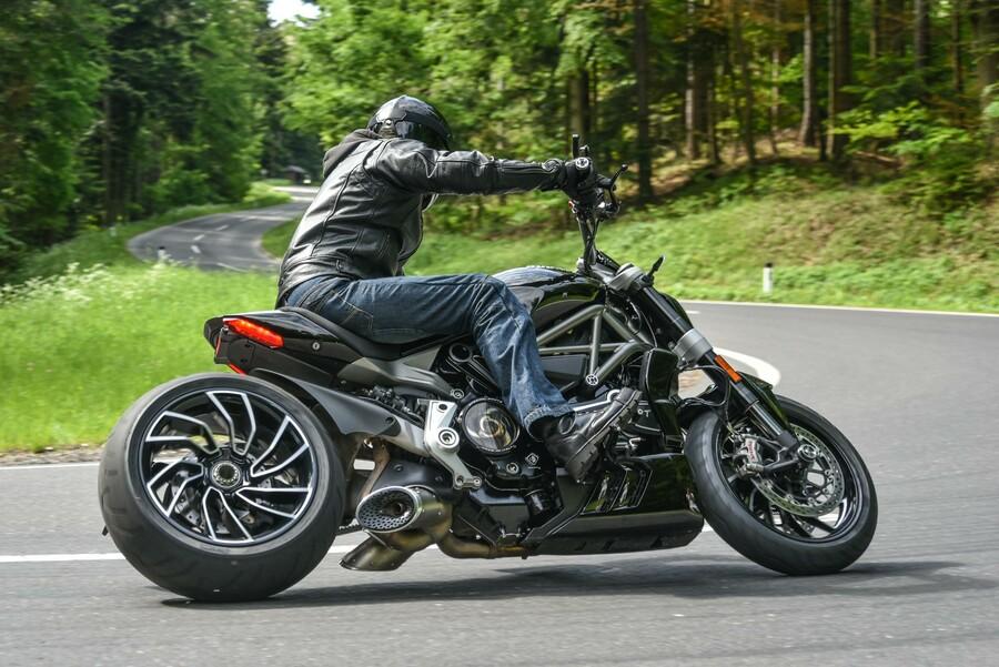 Ducati Diavel Vs Honda Cbr